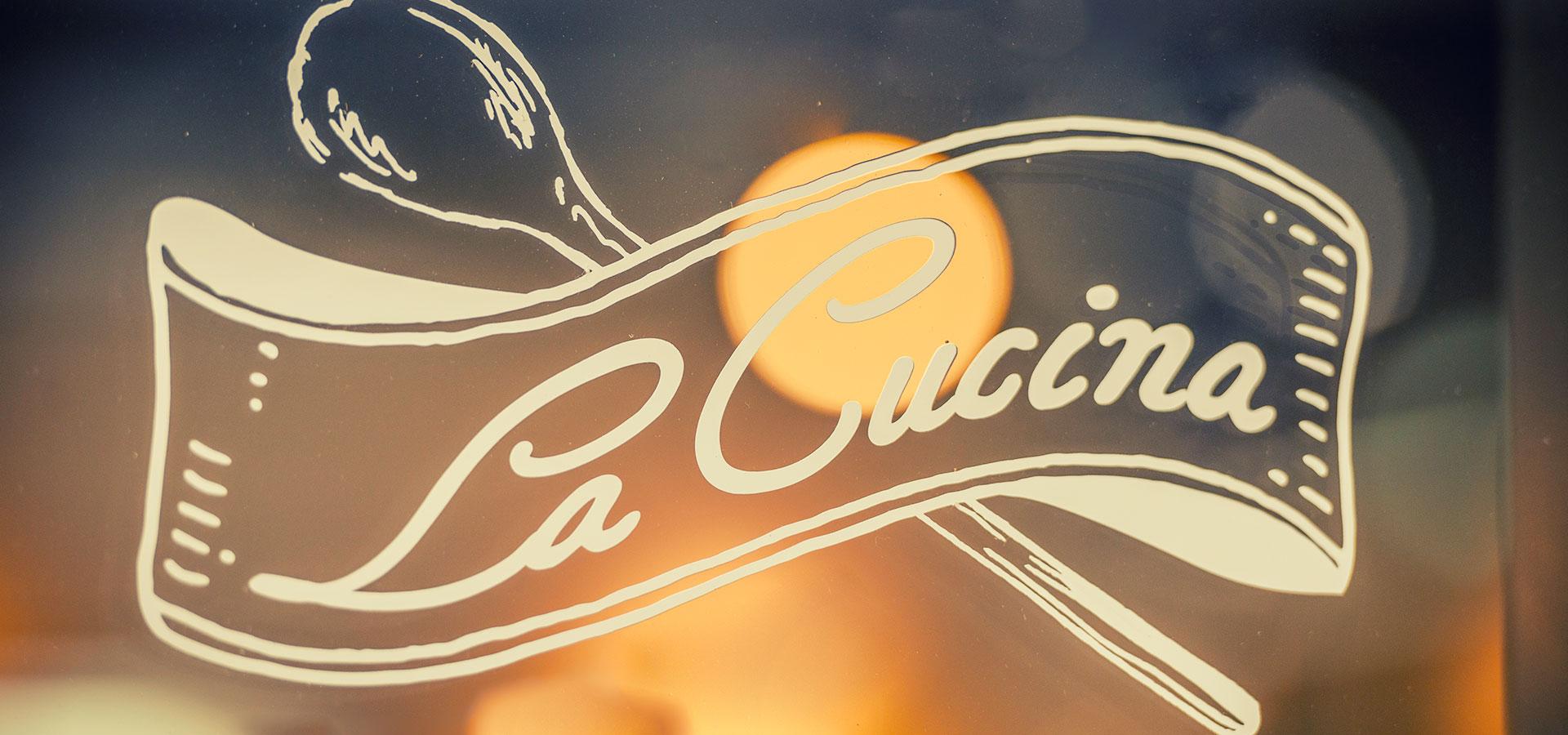 La Cucina Logo auf Glasscheibe