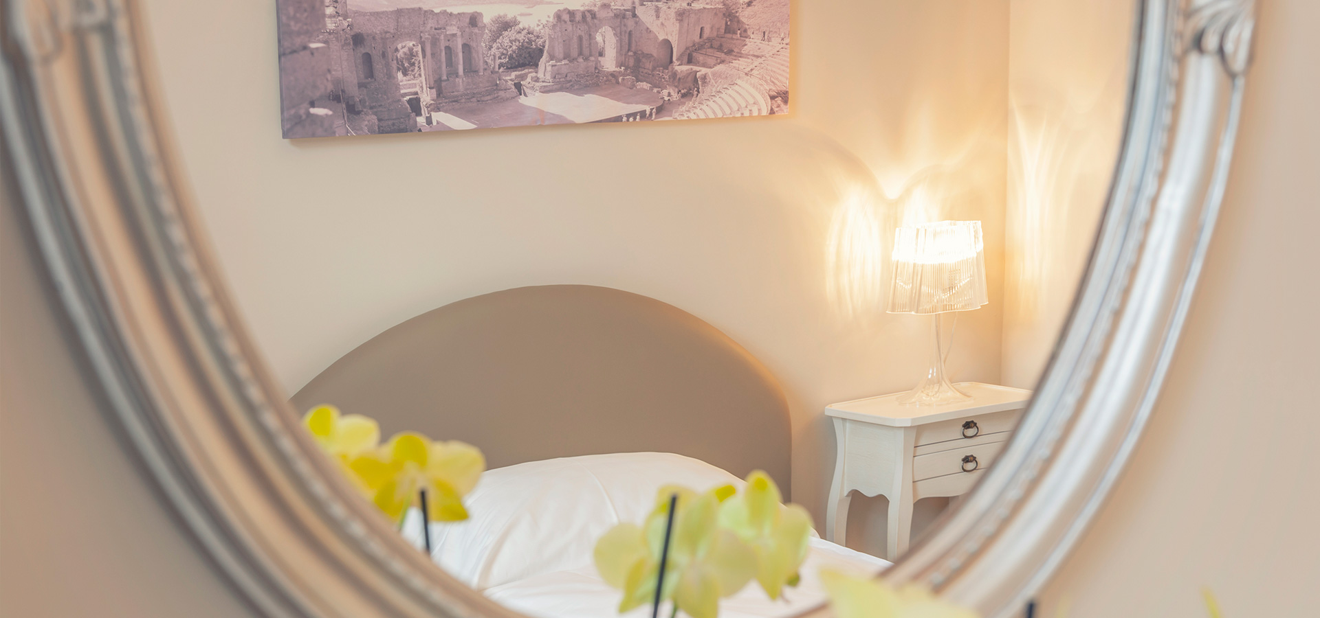 Einzelzimmer durch Spiegel im La Cucina Hotel